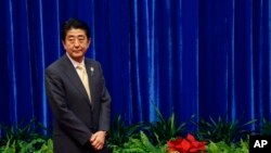 """Thủ tướng Nhật Shinzo Abe hy vọng tranh thủ được sự ủng hộ mạnh mẽ của dân chúng trong cuộc bầu cử sắp tới để theo đuổi những chính sách cốt lõi, thường được gọi là Abenomics"""", để kích thích tăng trưởng."""