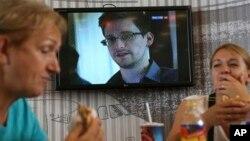 Truyền hình tại một quán ăn dành cho khách quá cảnh ở sân bay Sheremetyevo của Nga loan tin về ông Edward Snowden