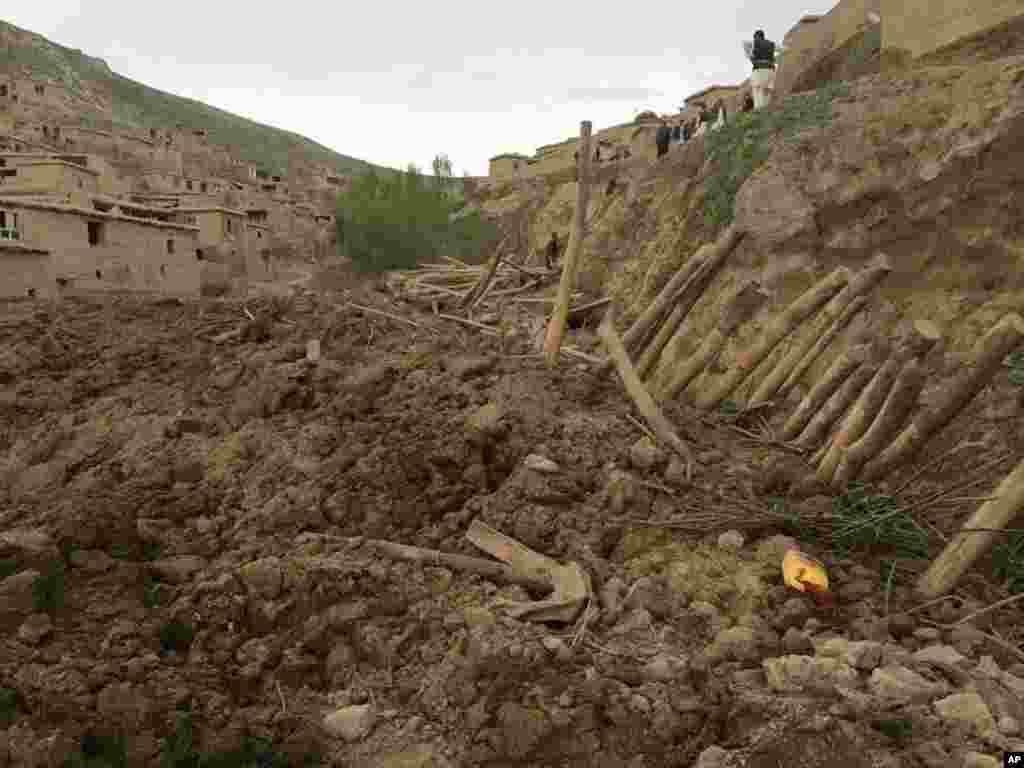 Afghans search for survivors after a massive landslide landslide buried a village in Badakhshan province, northeastern Afghanistan, May 2, 2014.