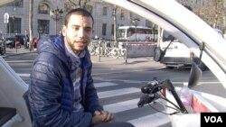 Mohamed Nachait làm nghề lái xe đạp taxi ở Paris (Lisa Bryant/VOA)