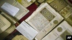 Một số trong 20.000 tài liệu viết tay về Hồi giáo được bảo quản trong những phòng có hệ thống điều hòa nhiệt độ tại Viện Ahmed Baba ở Timbuktu, Mali. (Ảnh lưu trữ 16/3/2004)