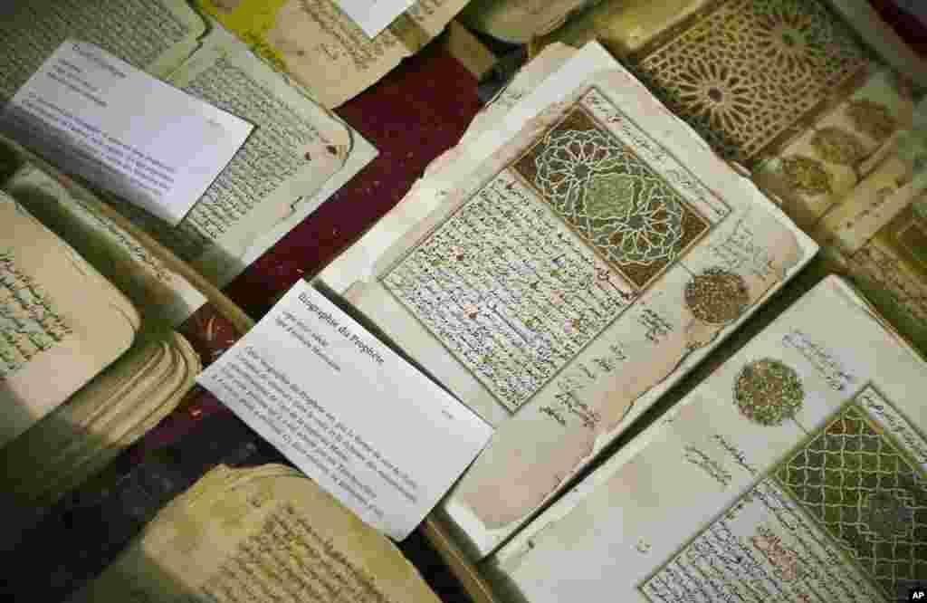 Beberapa naskah Arab kuno yang disimpan di perpustakaan Ahmed Baba Institute in Timbuktu, Mali, yang baru-baru ini dibakar kelompok militan Islamis. (AP/Ben Curtis)