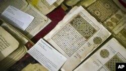 نذرِ آتش ہونے والی لائبریری میں موجود تاریخی مخطوطات کی ایک فائل تصویر