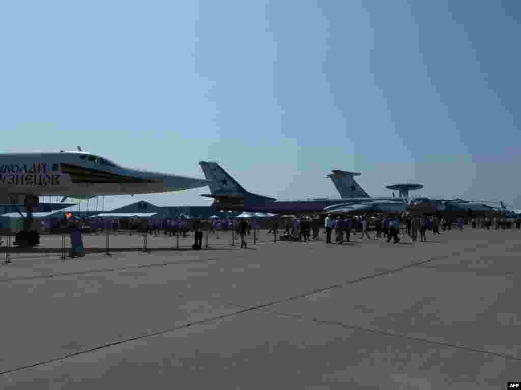 Слева направо: стратегические бомбардировщики Ту-160, Ту-95, российский AVACS А-50, сделанный на базе Ил-76