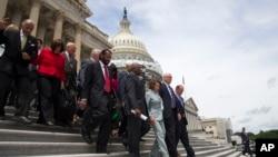 Demokratski zakonodavci na stepenicama ispred zgrade Kongresa posle okončanja protesta