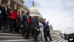 Конгресмени, на чолі з Ненсі Пелосі, залишають Капітолій після акції протесту.