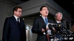 韩国国家安保室长郑义溶(中)、韩国国家情报院院长徐薰(左)和韩国驻美大使在华盛顿的白宫记者会上。(2018年3月8日)