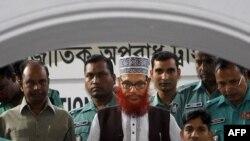 Cảnh sát Bangladesh áp tải ông Delwar Hossain Sayeedi (giữa) tới tòa án ở Dhaka, Bangladesh, ngày 21/11/2011