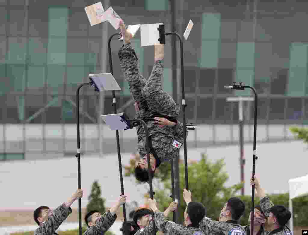 South Korean soldiers show their skills of martial arts during a drill as part of the Ulchi Taeguk exercises in Goyang.