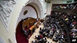 Qanuvericilər Karakasda Milli Assambleyanın iclasında iştrak edir