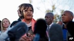 Wiinii Madikizela-Mandela yoo mana jaarsa isii ka durii Nelson Mandellaa Sowetoo jiru duratti gaazexeessitotatti wa himtu. Waxabajjii 28, 2013.