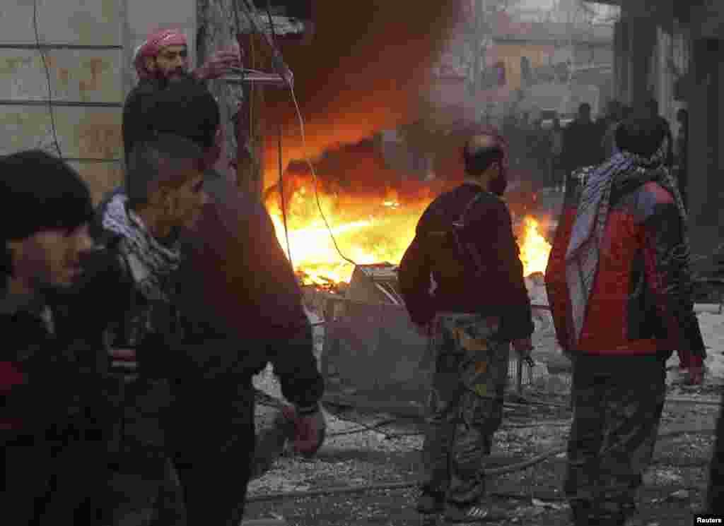 3일 시리아 알레포의 반군 점령지역에서 정부군의 포격으로 발생한 화재.