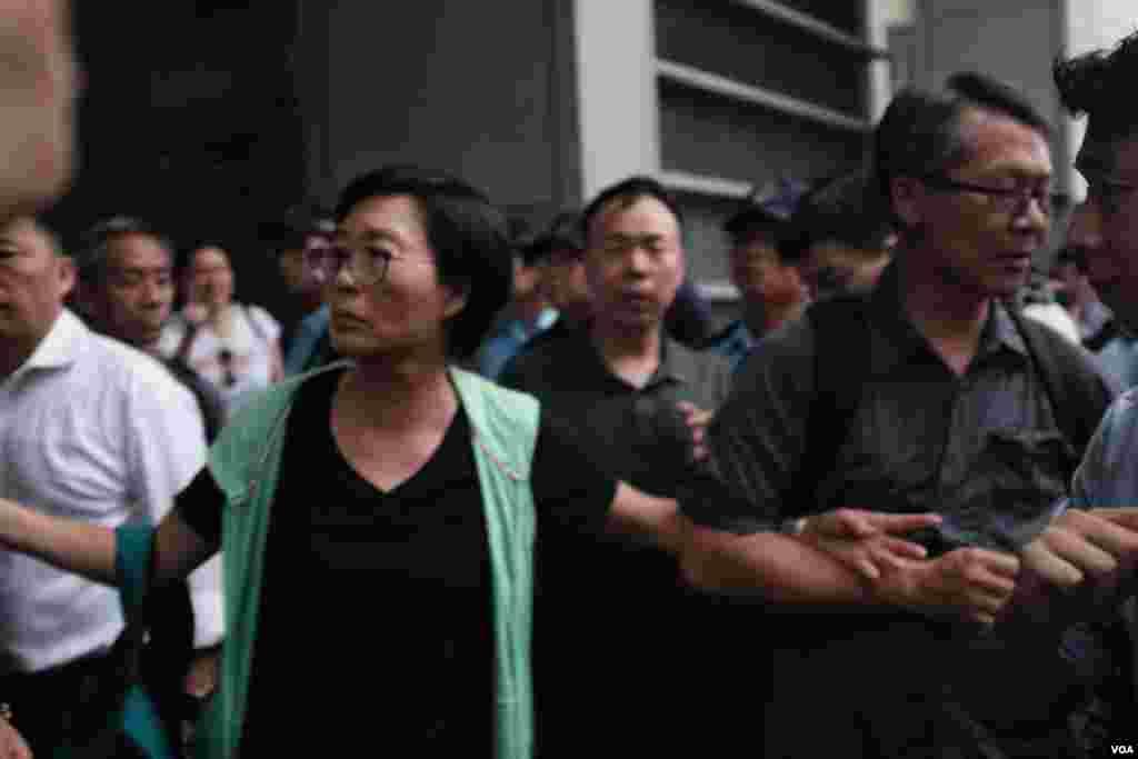 香港民主党在警察总部外举行集会 (2019年9月17日,美国之音鸣笛拍摄)