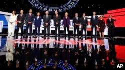 Učesnici 12. debate potencijalnih predsjedničkih kandidata demokrata u Vestervilu, Ohajo, 15. oktobra 2019.