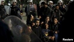 6일 그리스 최대 항구도시 피라에우스의 이민자들이 터키로의 송환에 반대하며 의회 앞 점거 시위를 벌였다. 경찰이 이민자들을 해산시키고 있다.