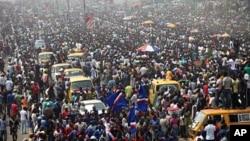 1月13日尼日利亚首都拉各斯的民众集会抗议政府取消燃油补贴