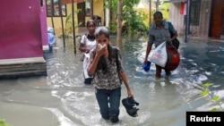 Cư dân sơ tán sau các trận lụt do bão Ockhi gây ra tại làng Chellanam, bang Kerala ở miền Nam Ấn Độ hôm 2/12/2017. REUTERS/Sivaram V -
