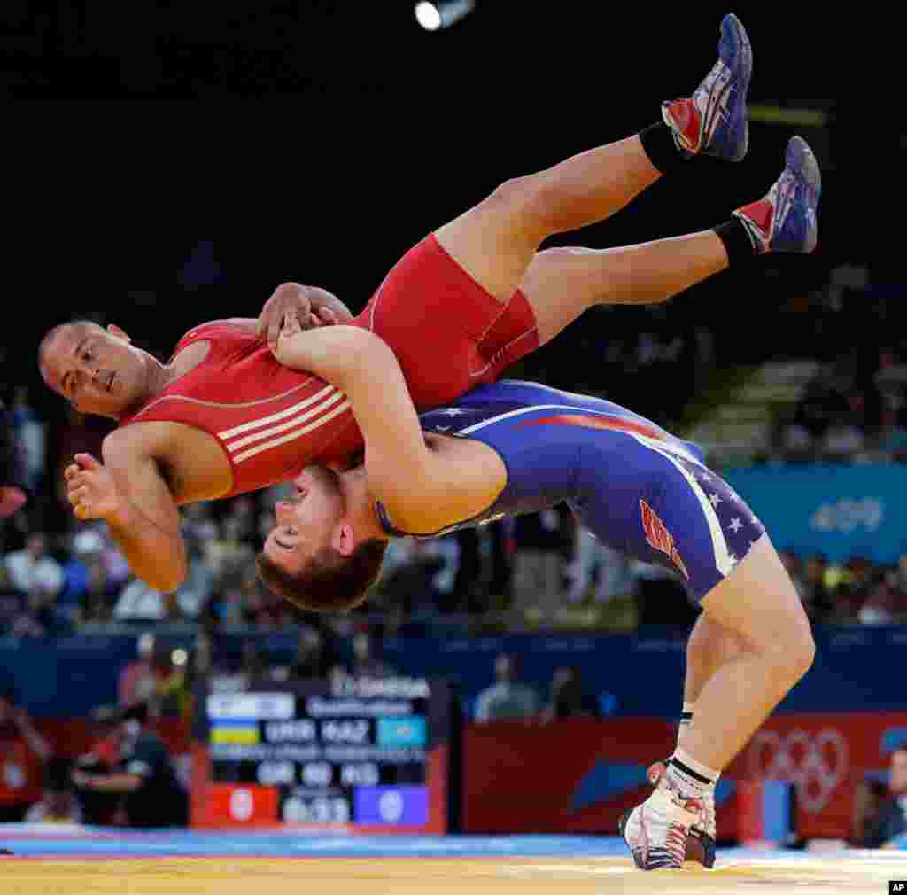 Keitani Graham of Micronesia competes against Charles Edward Betts of the United States, right, during the 84-kg Greco-Roman wrestling competition.