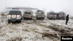 Xe cứu thương đậu xe gần hiện trường nơi xảy ra tai nạn máy bay bên ngoài thành phố Almaty, ngày 29/1/2013.