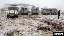 29일 카자흐스탄 알마티로의 여객기 추락 현장에 출동한 구급차량들.