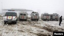 Kendaraan dan ambulans disiagakan di dekat lokasi jatuhnya pesawat penumpang dekat kota Almaty, Kazakhstan hari Selasa (29/1).