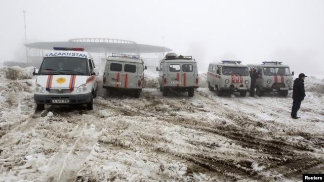 Ղազախստանի արտակարգ իրավիճակների նախարարության մեքենաները՝ ավիավթարի վայրի մոտ, 2013թ. հունվարի 29