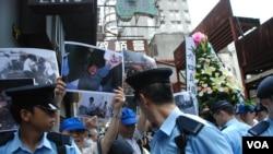 親北京人士高舉花牌及照片悼念六四死亡的軍人,引起支聯會支持者不滿,大批警員維持秩序