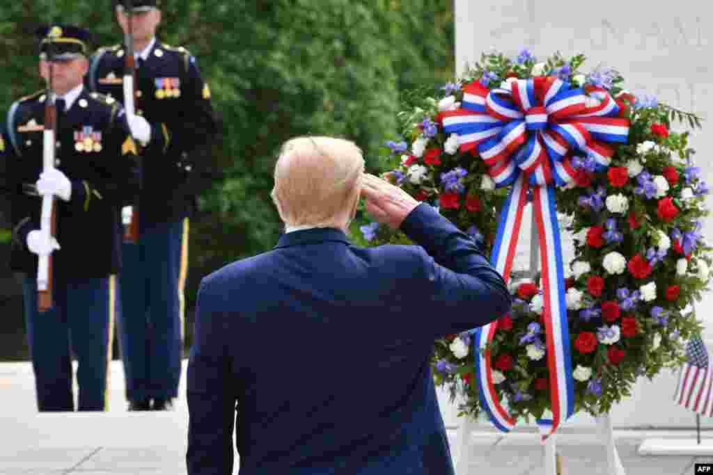 روز دوشنبه در آمریکا روز «یادبود» یا روز گرامیداشت سربازان کشته در جنگ بود. پرزیدنت ترامپ در این روز به یادبود سرباز گمنام در گورستان ملی آرلینگتن ادای احترام کرد.
