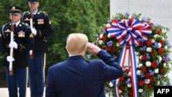 特朗普總統在阿靈頓公墓舉行的陣亡將士紀念日安放花圈儀式上向無名戰士墓敬禮。(2020年5月25日)