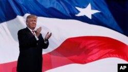 20일 미국 오하이오주 클리블랜드에서 진행된 공화당 전당대회 무대에 올라 박수하고 있는 도널드 트럼프 대통령 후보.