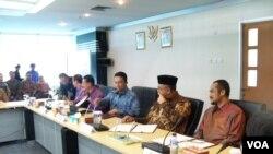 Pelaksanaan penandatanganan keputusan bersama pelaksanaan kampanye Anti Korupsi di kantor Kemenkominfo, Senin (23/12). (VOA/Iris Gera)