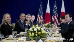 Presiden Amerika Barack Obama (dua dari kiri) didampingi Menlu Clinton saat bertemu dengan PM Jepang Yoshihiko Noda (kanan) di sela-sela agenda Pertemuan Puncak ASEAN di Istana Perdamaian Phnom Penh, Kamboja (20/11).