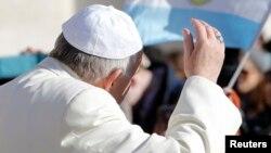 Le pape François salue de la main lors d'une audience à la place St Pierre, Vatican, 18 février 2015.