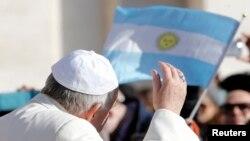 El papa saluda a feligreses cerca del Vaticano. Sus palabras nuevamente han provocado comentarios negativos.