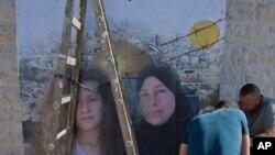 Fələstinlilər Nabi Saleh kəndinin küçələrində Ahed Tamimi və onun anası Narimanın təsvir edildiyi posteri yerləşdirirlər.