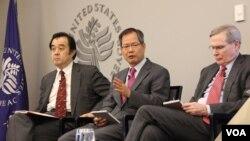 17일 워싱턴 소재 미국평화연구소(USIP)에서 열린 미-한-일 협력 관계 토론회에서 천영우 전 청와대 외교안보수석(가운데)이 발언하고 있다. 왼쪽은 미야케 구니히코 전 일본 외교관, 오른쪽은 스티븐 해들리 전 백악관 국가 안보보좌관. 사진= 박설믜 인턴기자