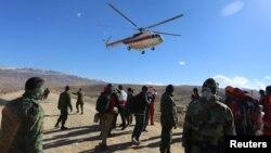 Un helicóptero de rescate se acerca al lugar donde un avión con 65 pasajeros a bordo se estrelló el domingo
