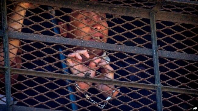 Los presos mostraron a periodistas a uno de los rehenes.
