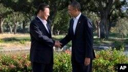 바락 오바마(오른쪽) 미국 대통령과 시진핑 중국 국가주석이 7일 악수를 하고 있다.