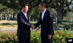 2013年6月7号美国总统奥巴马与中国国家主席习近平在洛杉矶附近棕榈泉的阳光之乡庄园握手会面