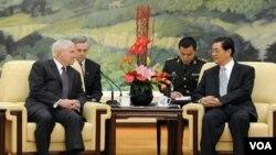 Menteri Pertahanan Amerika Robert Gates (kiri) bertemu dengan Presiden Tiongkok Hu Jintao di Beijing, Selasa, 11 Januari 2011.
