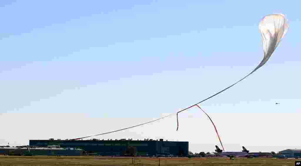 바움가르트너가 낙하 지점까지 타고 올라간 기구와 특수 캡슐.