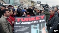 Написа на плакаті : Туреччино, звільни журналістів.