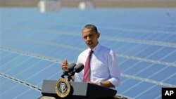 Presiden AS Barack Obama berbicara di fasilitas tenaga surya di Boulder, Nevada (foto: dok). Regulasi ketat dan insentif terhadap energi terbarukan telah menurunkan konsumsi listrik di rumah-rumah Amerika.