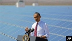 باراک اوباما، رئيس جمهوری آمريکا، پس از ديدار از تاسيسات پنل خورشیدی، در شهر بولدر (ايالت نوادا) درباره انرژی خورشيدی صحبت می کند — فروردين ۱۳۹۱