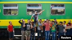 4일 헝가리 부다페스트 기차역에서 시리아 난민들이 열차 운행 중단에 항의하고 있다.