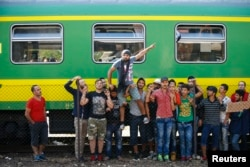 Adnan Shanan (C) a refugee from Latakia in Syria, gestures during a protest in front of a train at Bicske railway station, Hungary, Sept. 4, 2015.