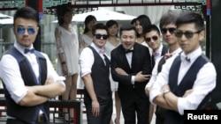 北京公园里一名中国男子在婚礼前和伴郎合影(资料照,2015年6月27日)