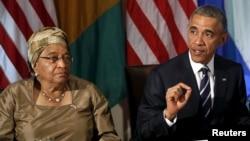 Presiden AS Barack Obama dan Presiden Liberia Ellen Johnson Sirleaf dalam diskusi di Gedung Putih mengenai kemajuan Afrika Barat menangani Ebola, April 2015. (Reuters/Gary Cameron)