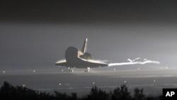 美国奋进号航天飞机6月1日在佛罗里达肯尼迪航天中心降落